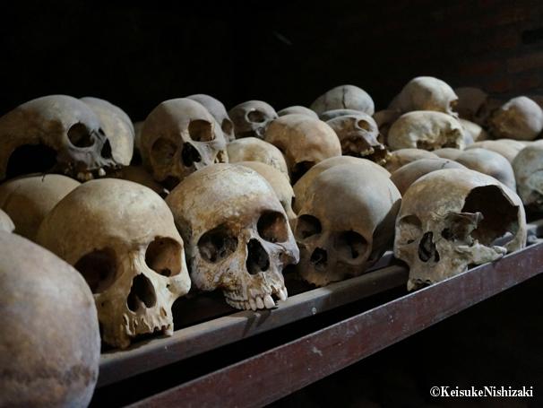 カトリック教会の地下に並ぶ頭蓋骨。