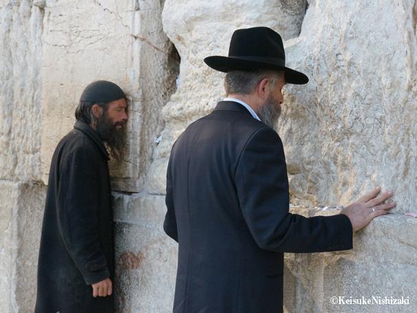 祈りを捧げるユダヤ教徒たち。