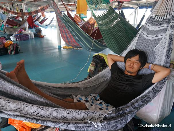 アマゾン川を上る船の中では、ハンモックがベッド。